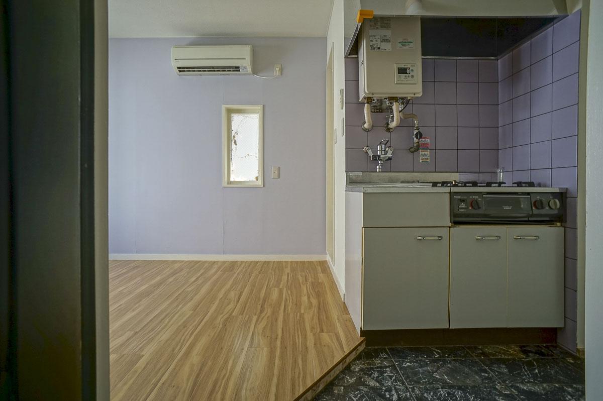 玄関からの視点:キッチン床は玄関から続いています