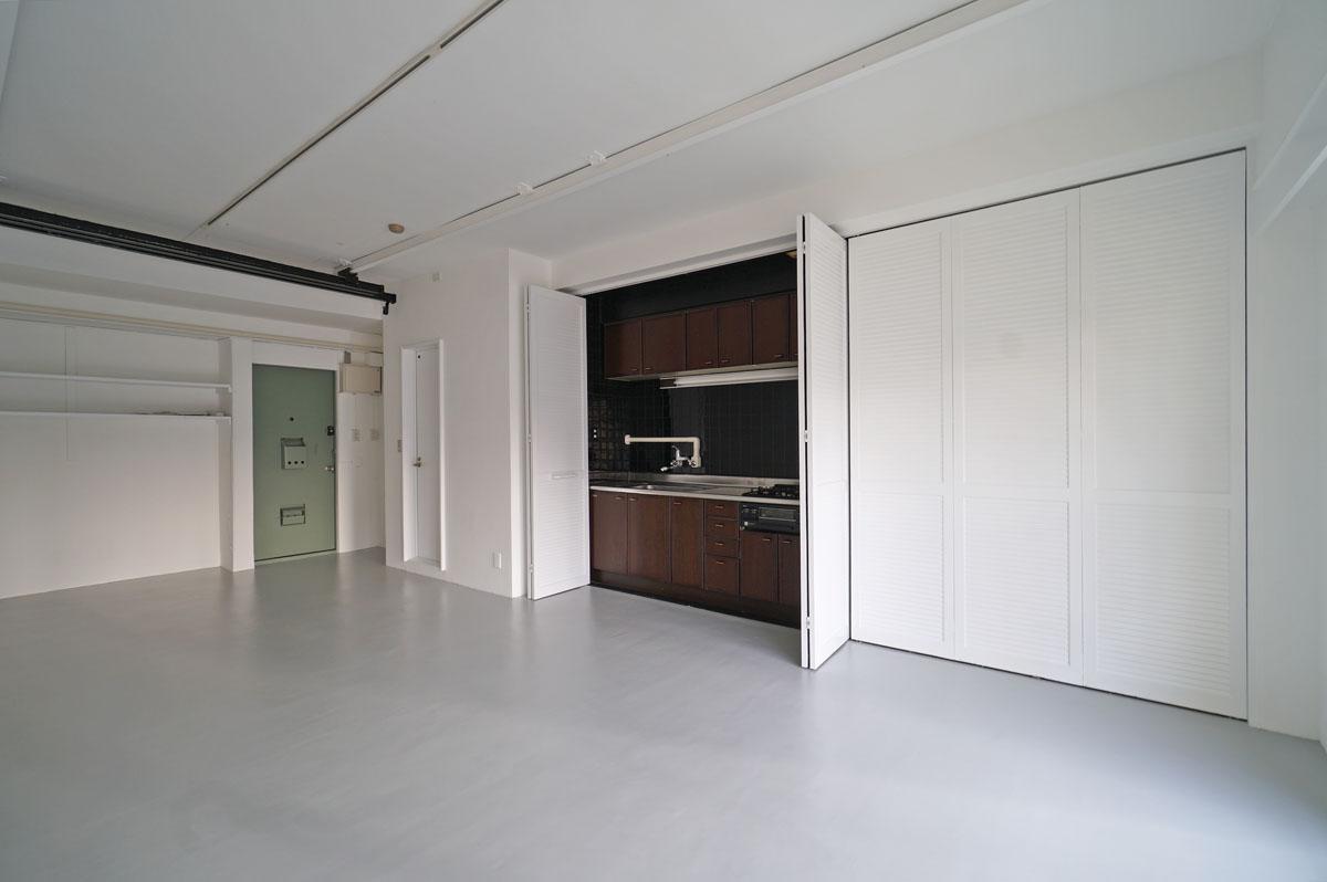 キッチンは折戸の中に隠せます。右側3枚の折戸はダミーのため開きません