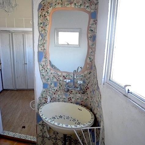 浴室の隅の洗面器も個性的
