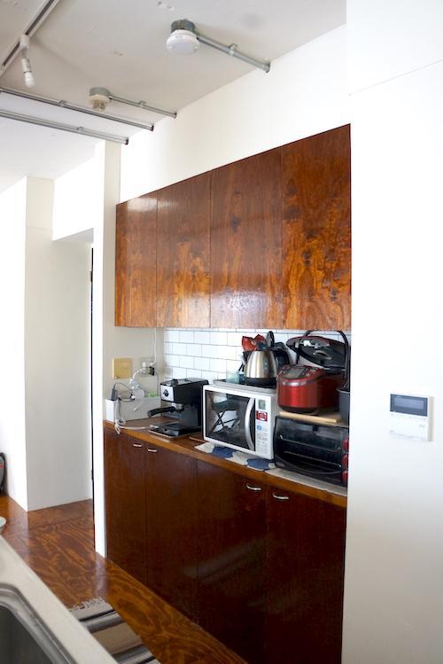 キッチンの背面は上下収納と機器類が置けるスペースがあって、機能的です