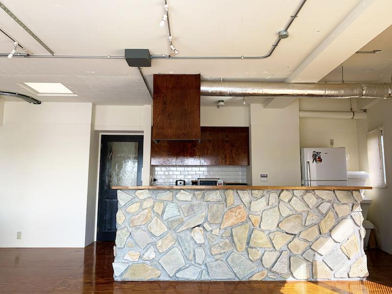 アイランドキッチンは石張りで、とても個性的です