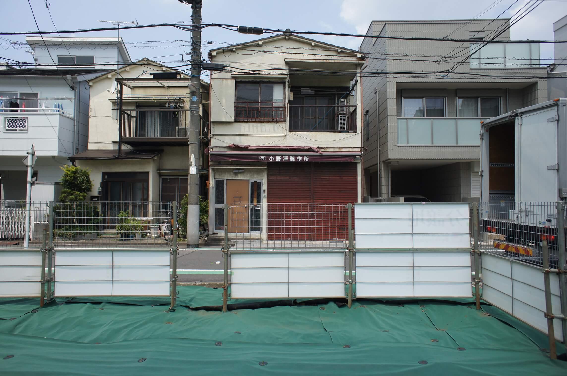 建物の正面は建売住宅になります
