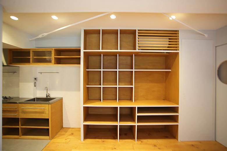 棚は縁のみを白く塗装。細やかなこだわりが空間の統一感を生み出している