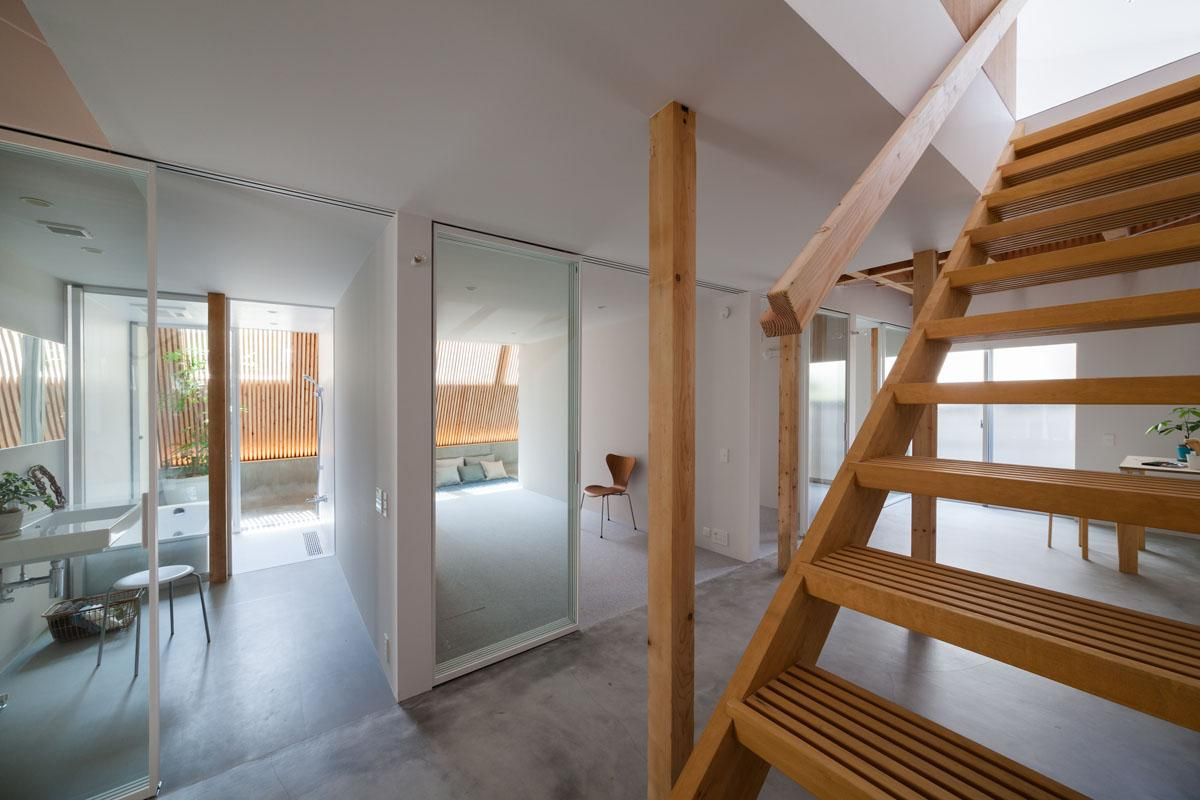 1階にはガラスで仕切られた3部屋と水回りが(Photo:吉田誠)