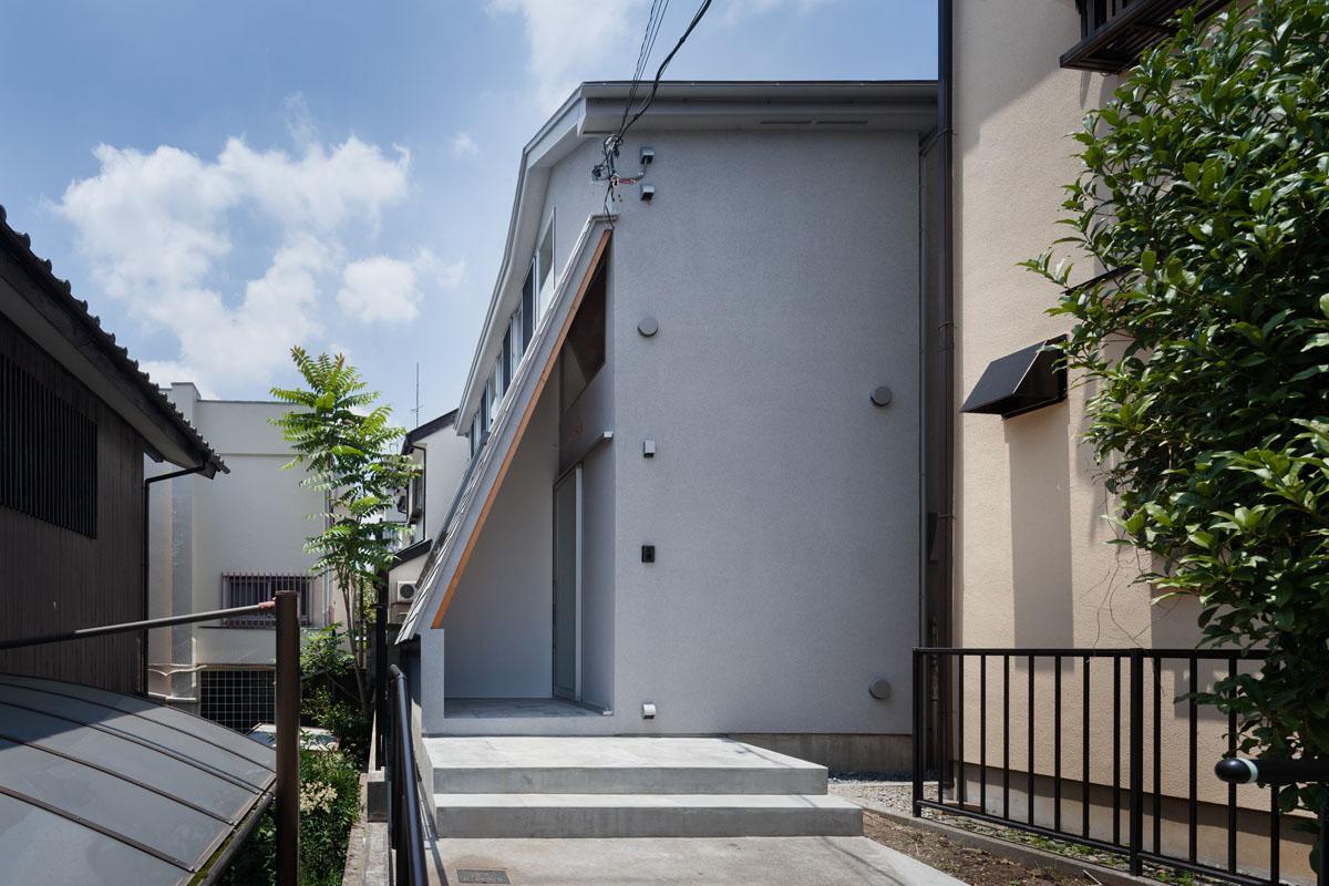 外壁を切り落とすことにより隣地との距離が生まれた外観(Photo:吉田誠)