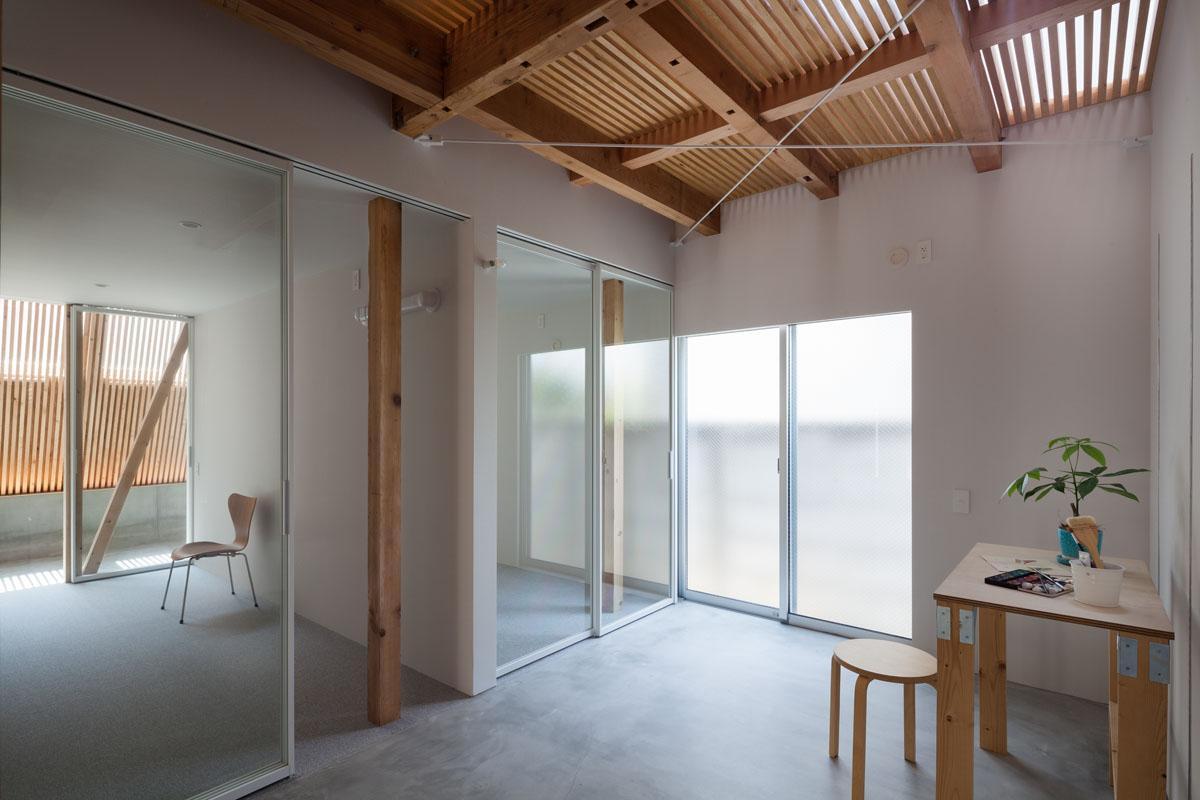 2階のすのこ越しに光と風が通る1階土間(Photo:吉田誠)