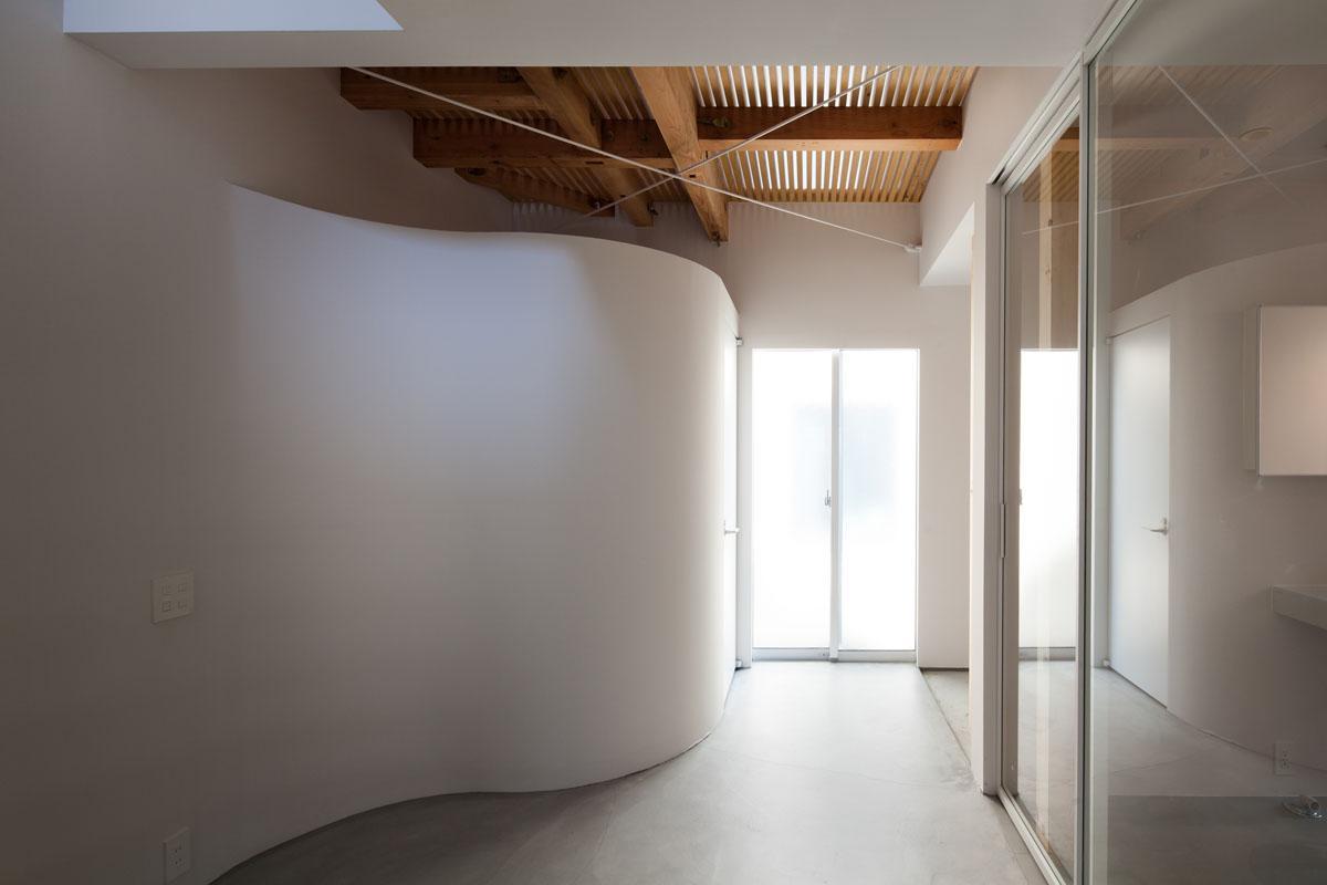 曲線の壁の中がトイレです(Photo:吉田誠)