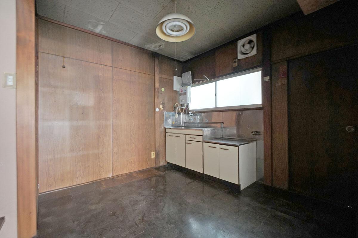 (B棟)土間の奥、床が一段上がったところにキッチン