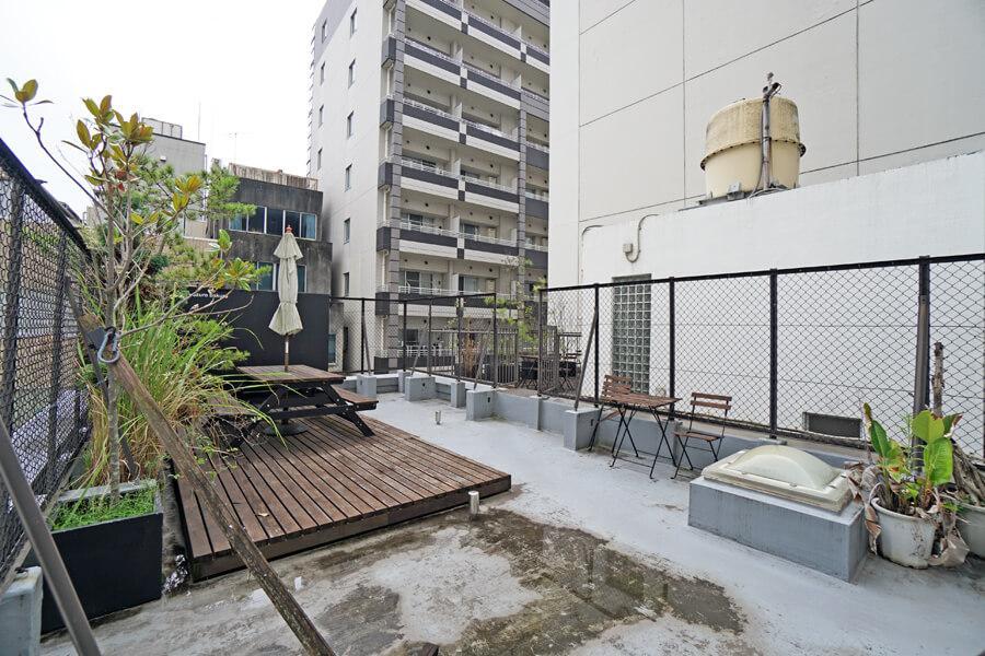 共用の屋上。植栽やベンチ、テーブルもあり、休憩に重宝しそう