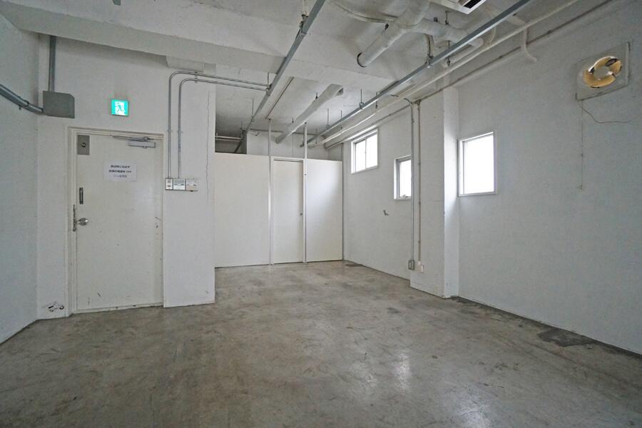 左の扉が入口。入ってすぐを来客スペースやショールームにすると良さそう