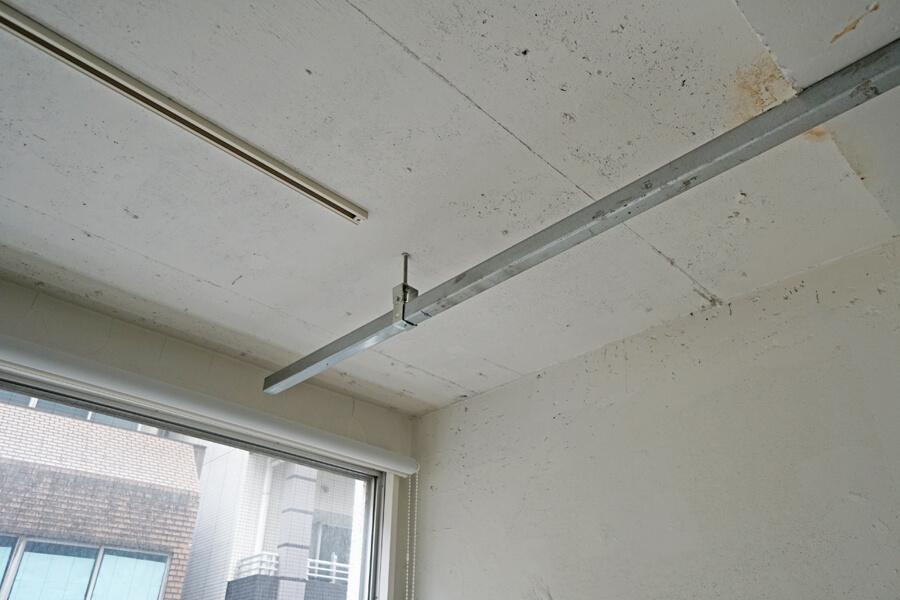 天井からぶら下がっている金物は、ライティングレールを取り付けるのに使います