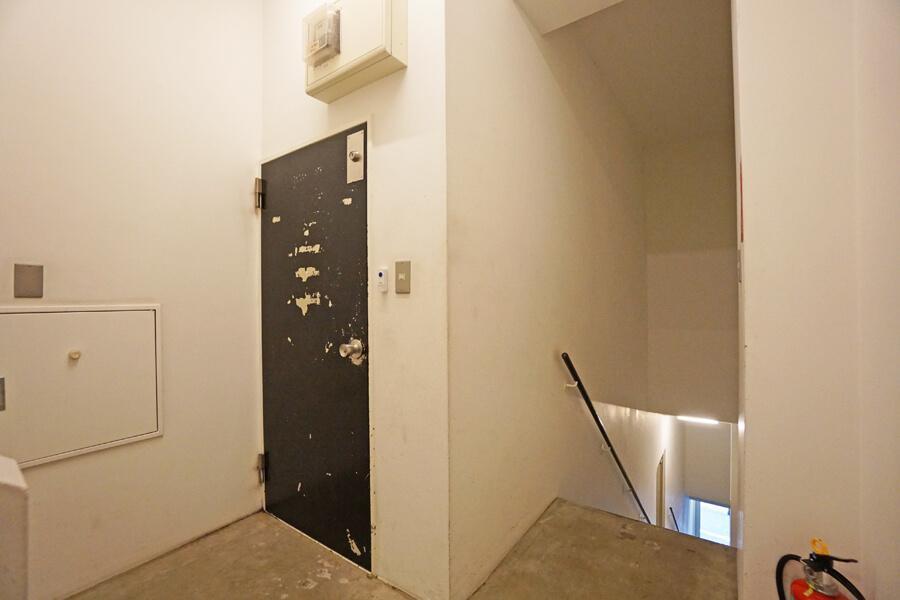 黒い扉が入口