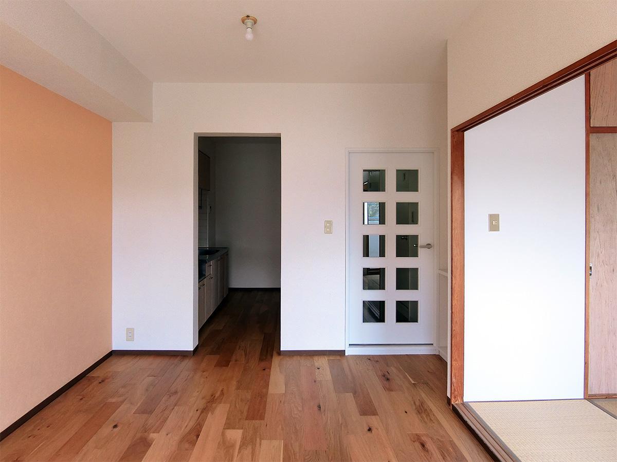左のオレンジ色の壁紙部分は、入居者の好みの壁紙にDIYで変更できます(貸主負担)