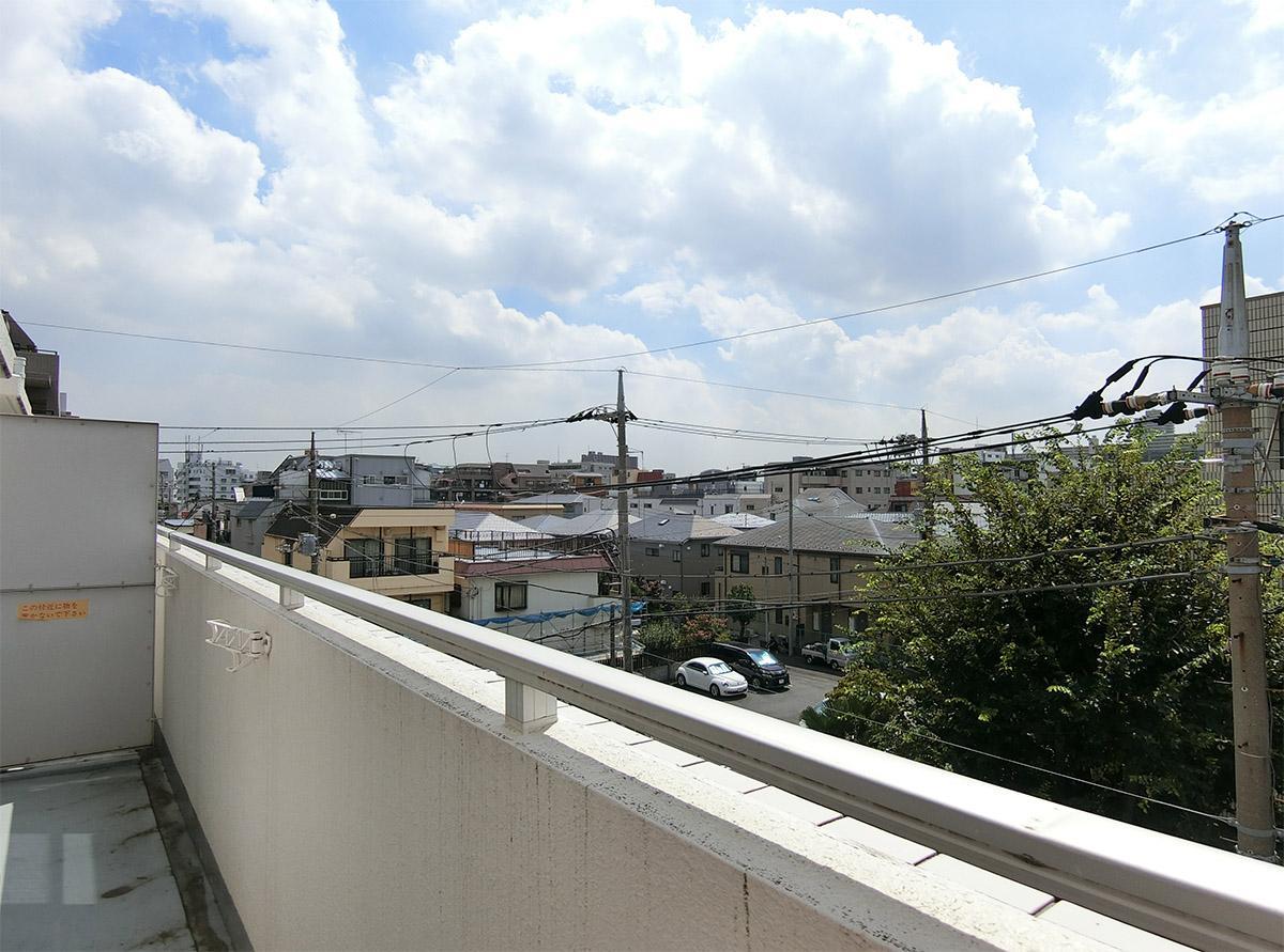 バルコニーからの眺望。正面には板橋区の健康センターがあります