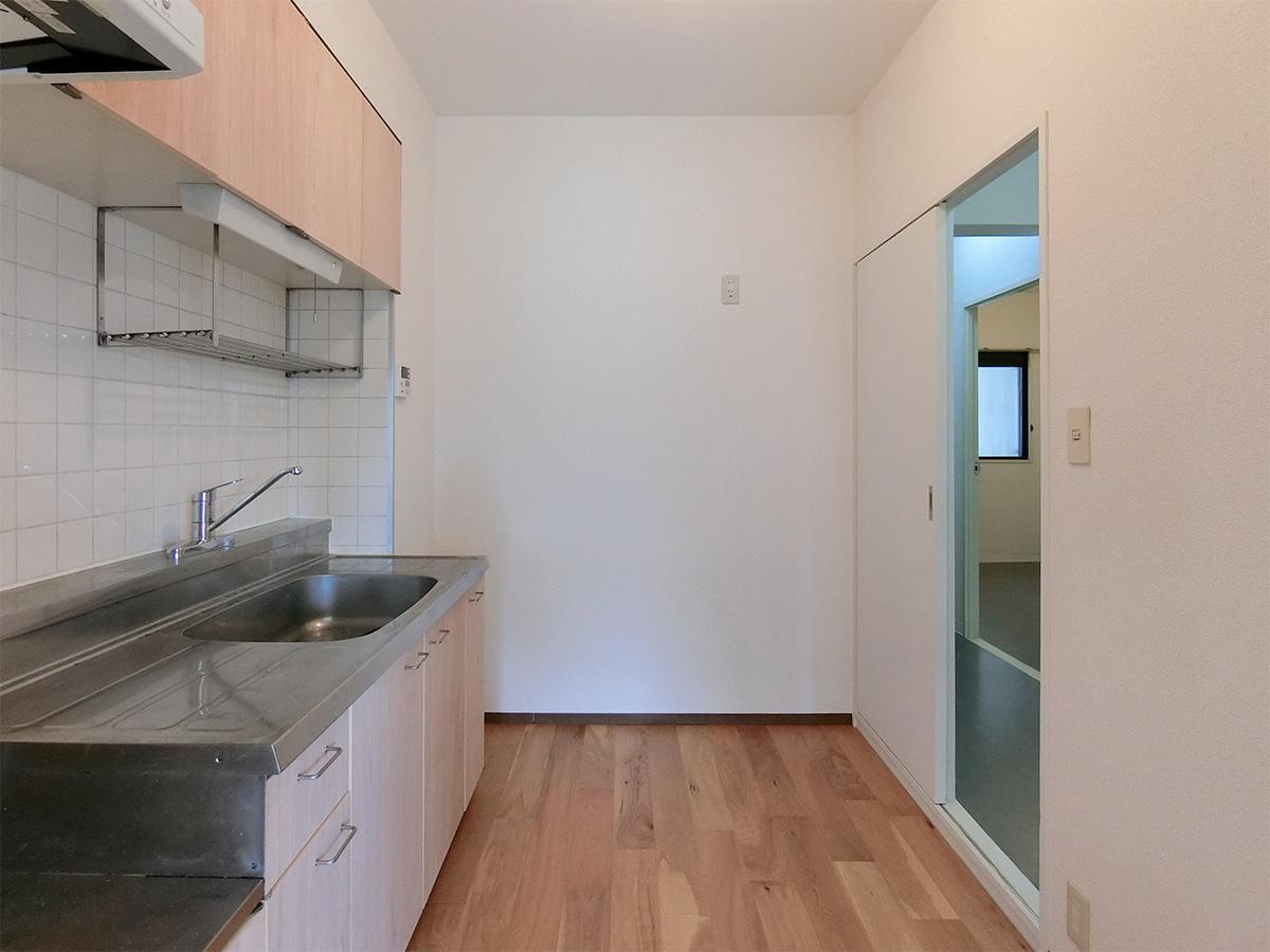 冷蔵庫は右の引き戸前に置く形