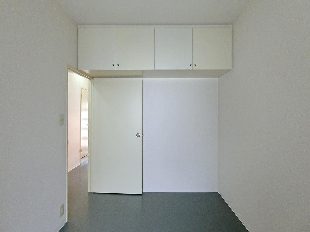 約6.9㎡の洋室。こちらの収納は吊戸棚