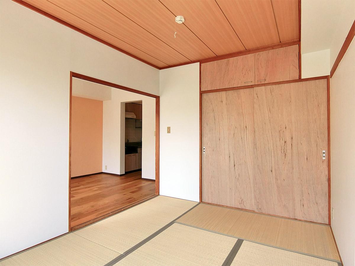 押入れ扉はオイル塗装し、ダークブラウンのような色になります