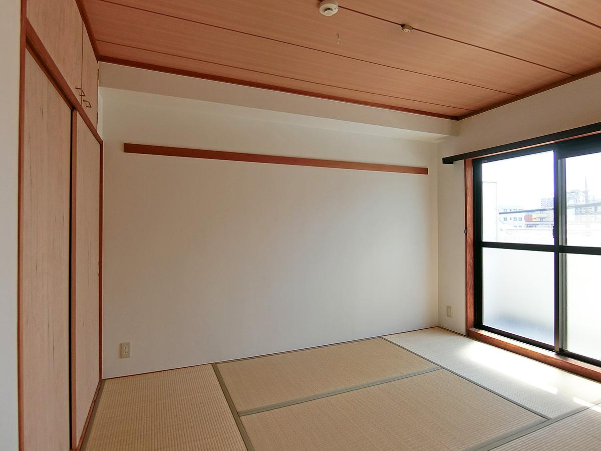 和室は長押(なげし:壁の水平方向の木部)のみネジ打ちが可能。フックを取り付ければ洋服などをかけられます