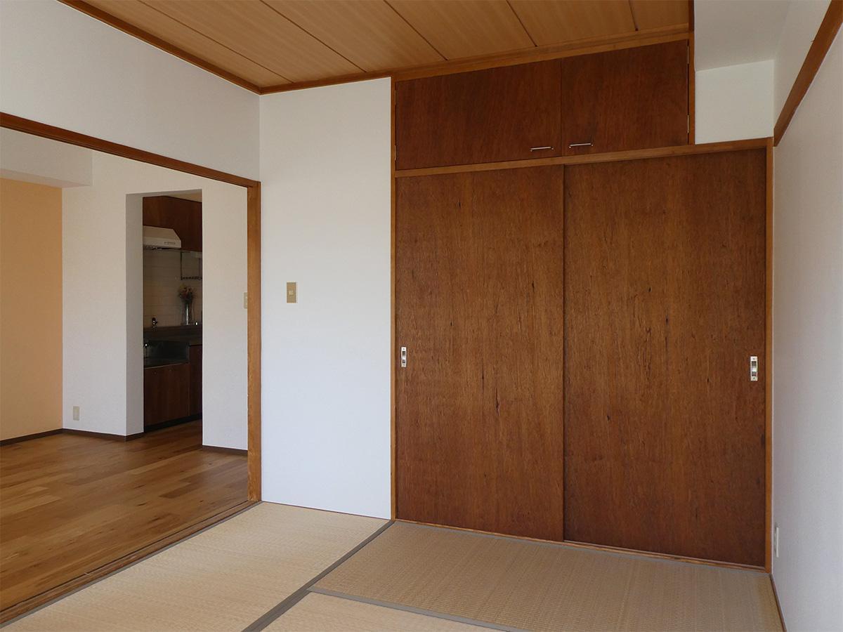 モダンな雰囲気の和室。ヴィンテージ家具のような、味がある色合いです