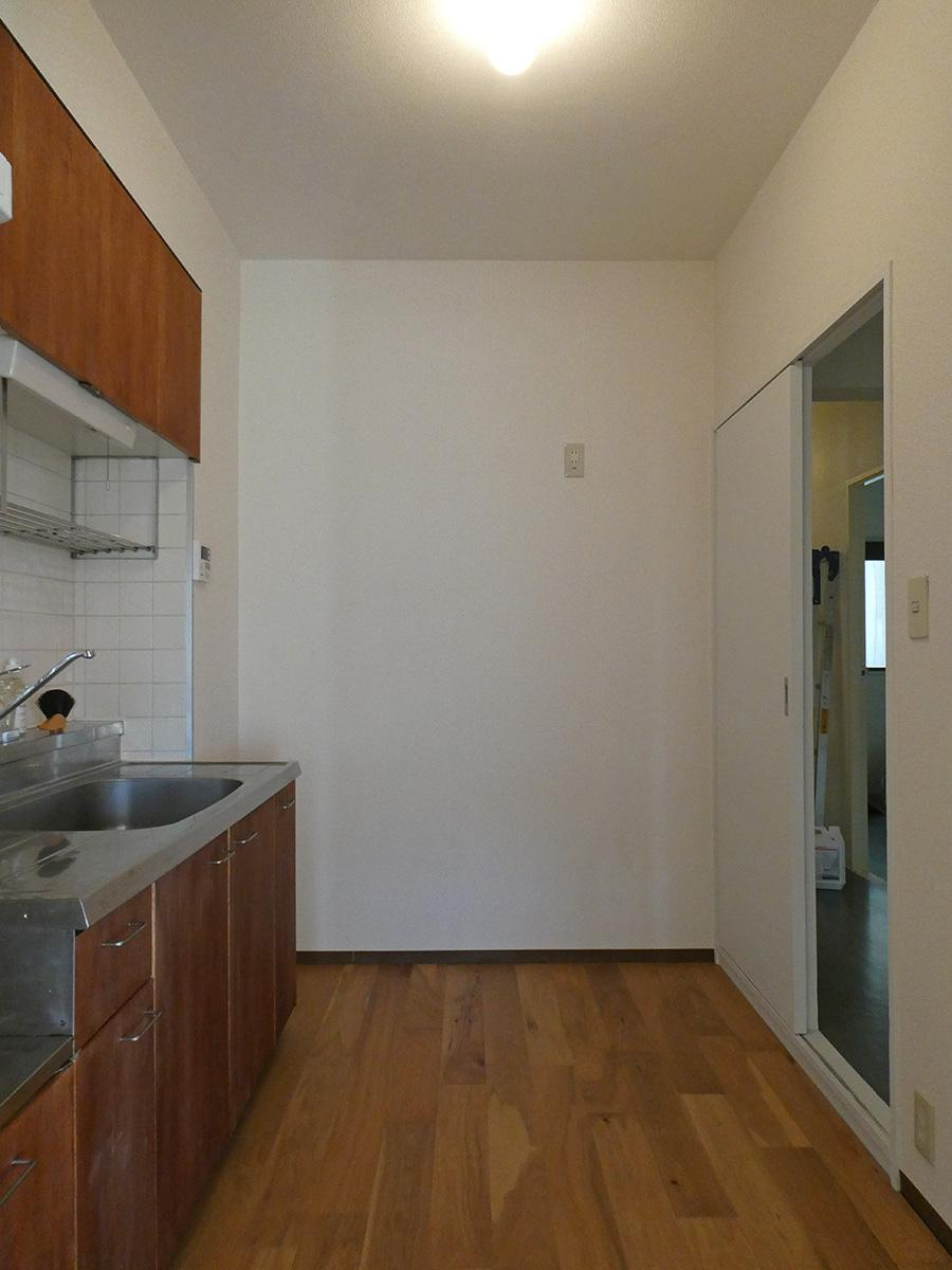 冷蔵庫は右の引き戸前に置く形です