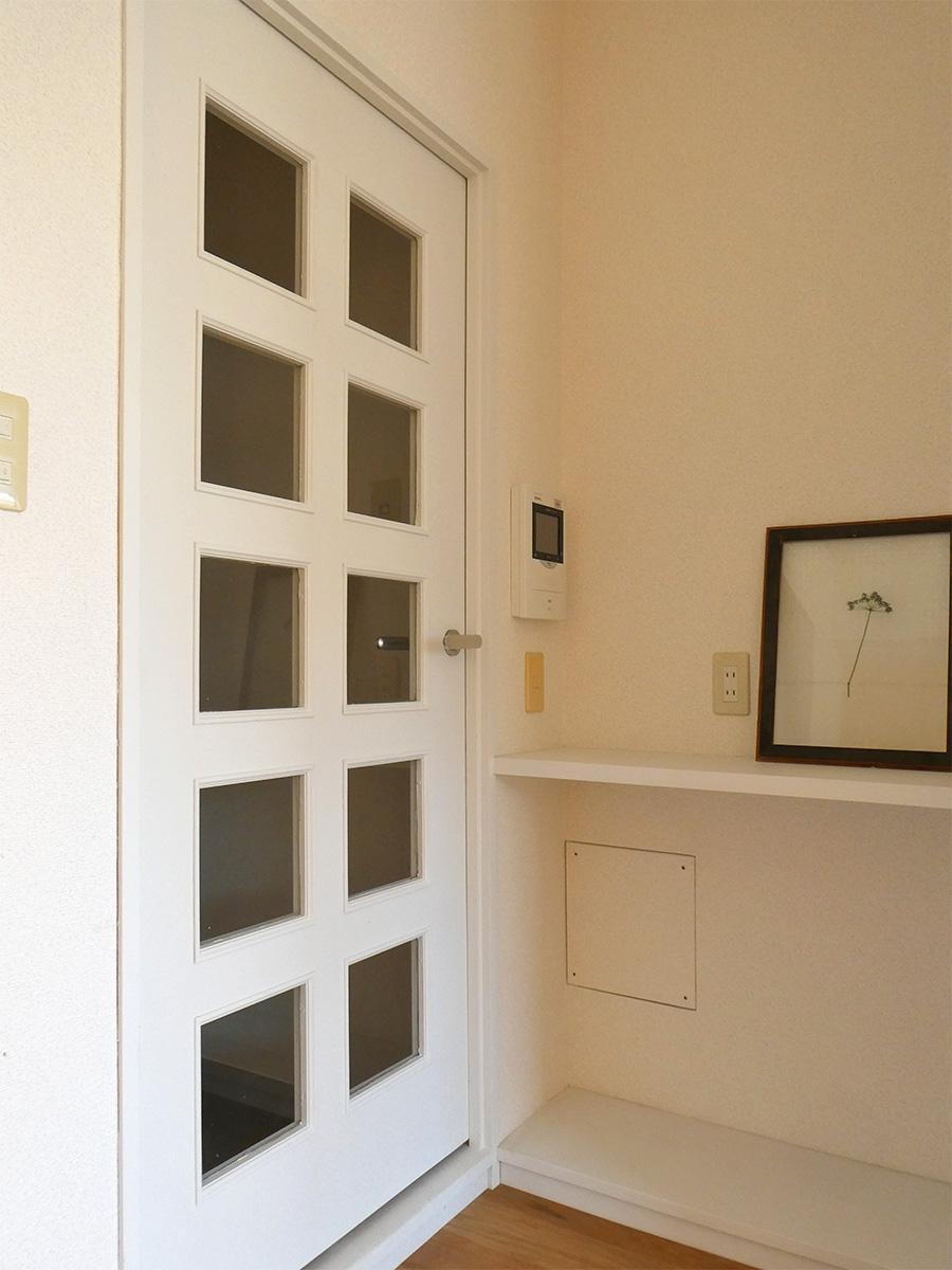 電話置き場の壁面には、有効ボードを取り付ければ使い勝手が変わりそう!