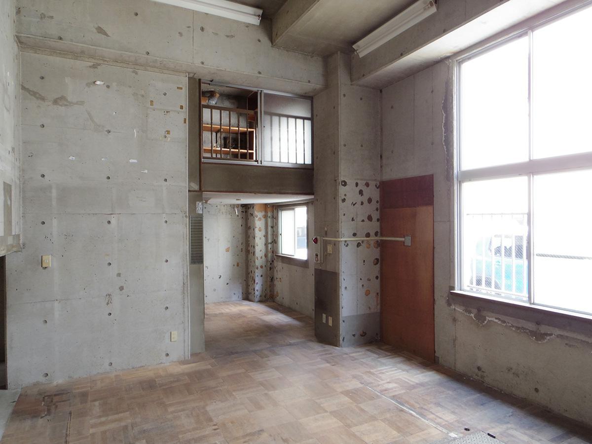 奥には事務スペースとして使えそうな中2階