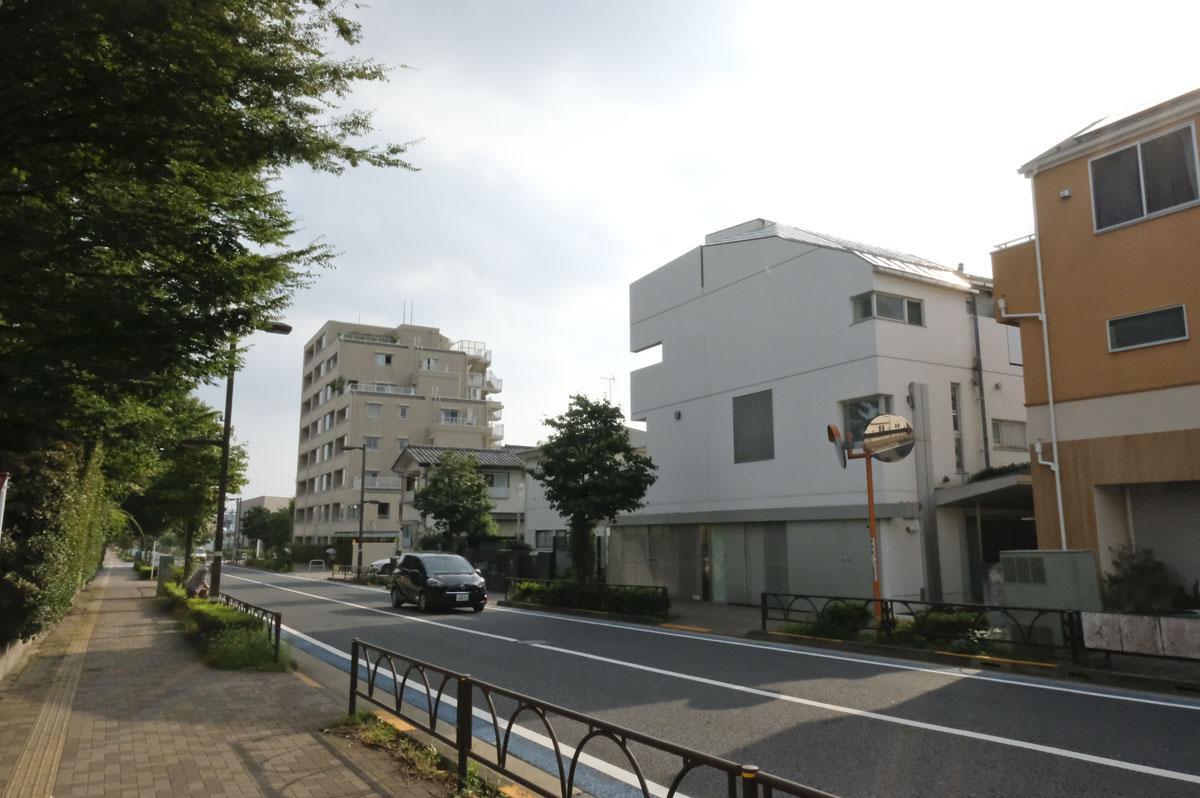 通り沿いから見ると、大きな戸建のように見える外観。ひとつ屋根の下暮らしているようです