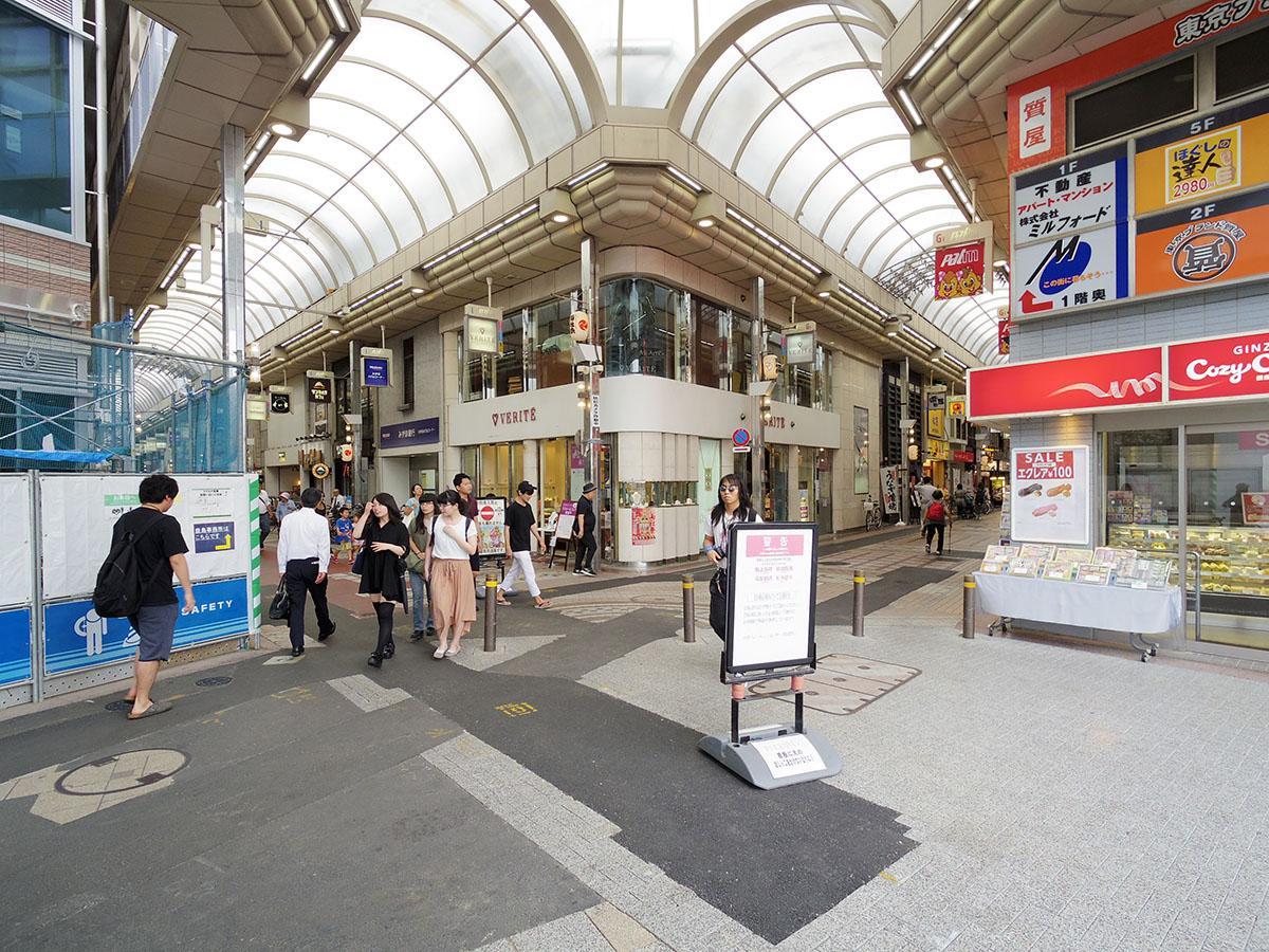 平日でも人通りが多く活気がある商店街。駅から向かって右側に進む