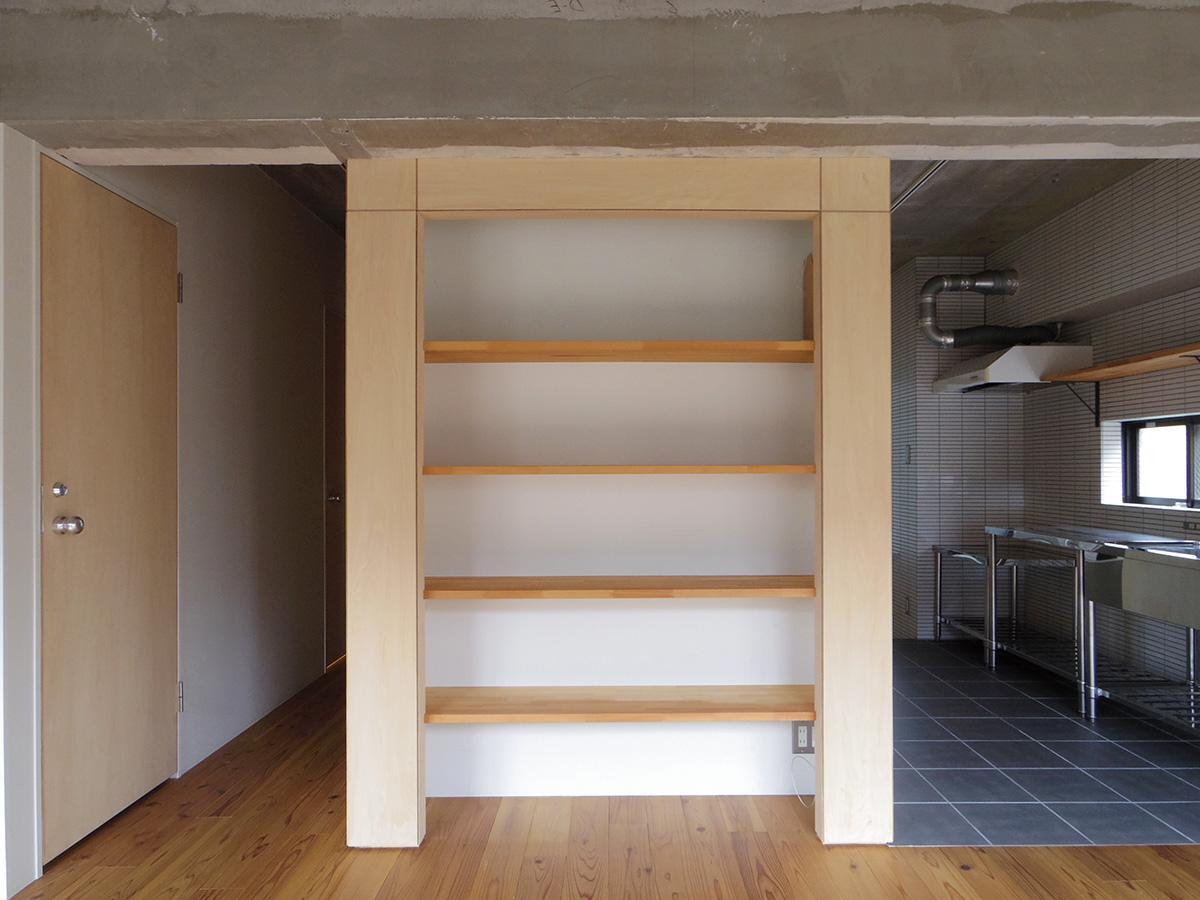 梁下にピタッと収まるようつくられた棚。ずらっと好きな本や写真集を並べても、すっきりとゆとりを持ってクラフトを並べても画になりそう