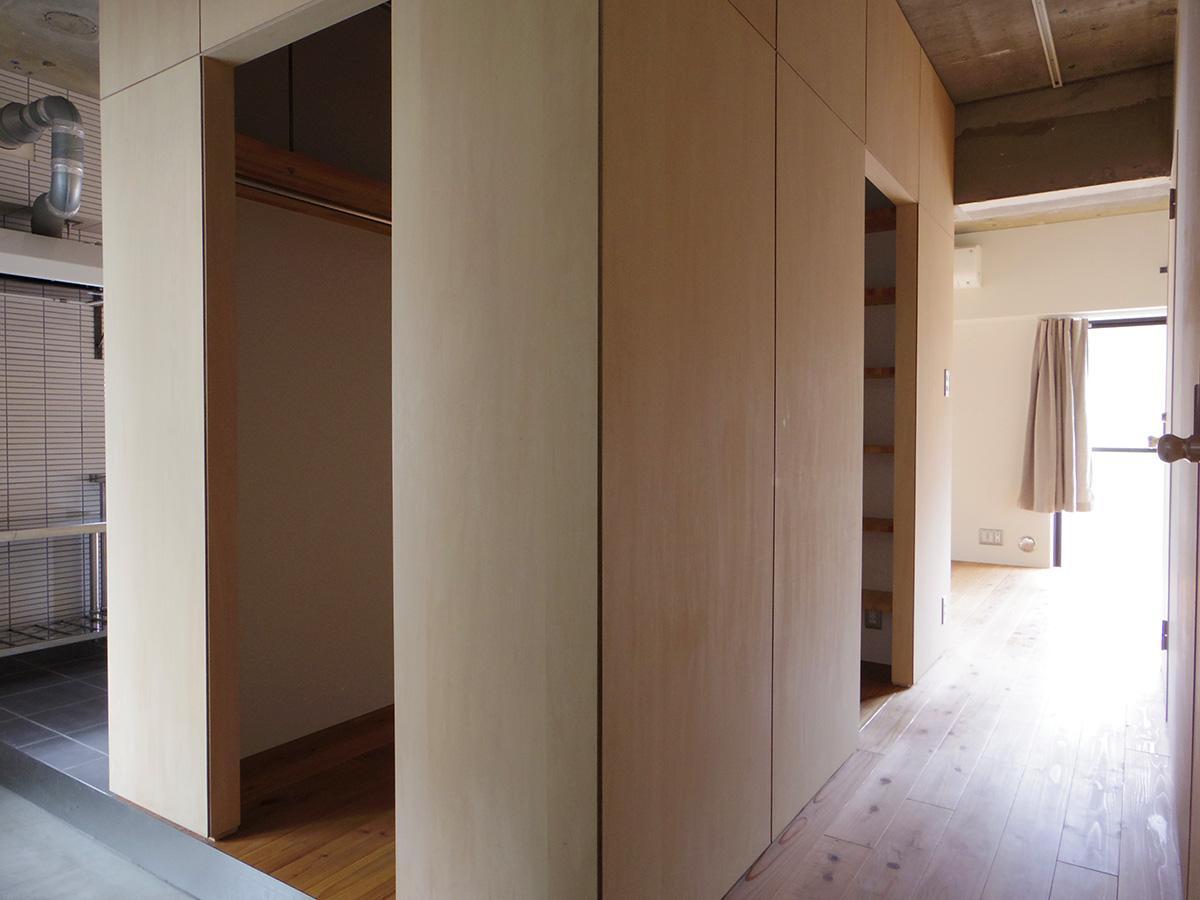 玄関を入るとワイドな土間から続く3本のアプローチ。手前からそれぞれリビング、クローゼット、キッチンへと伸びる