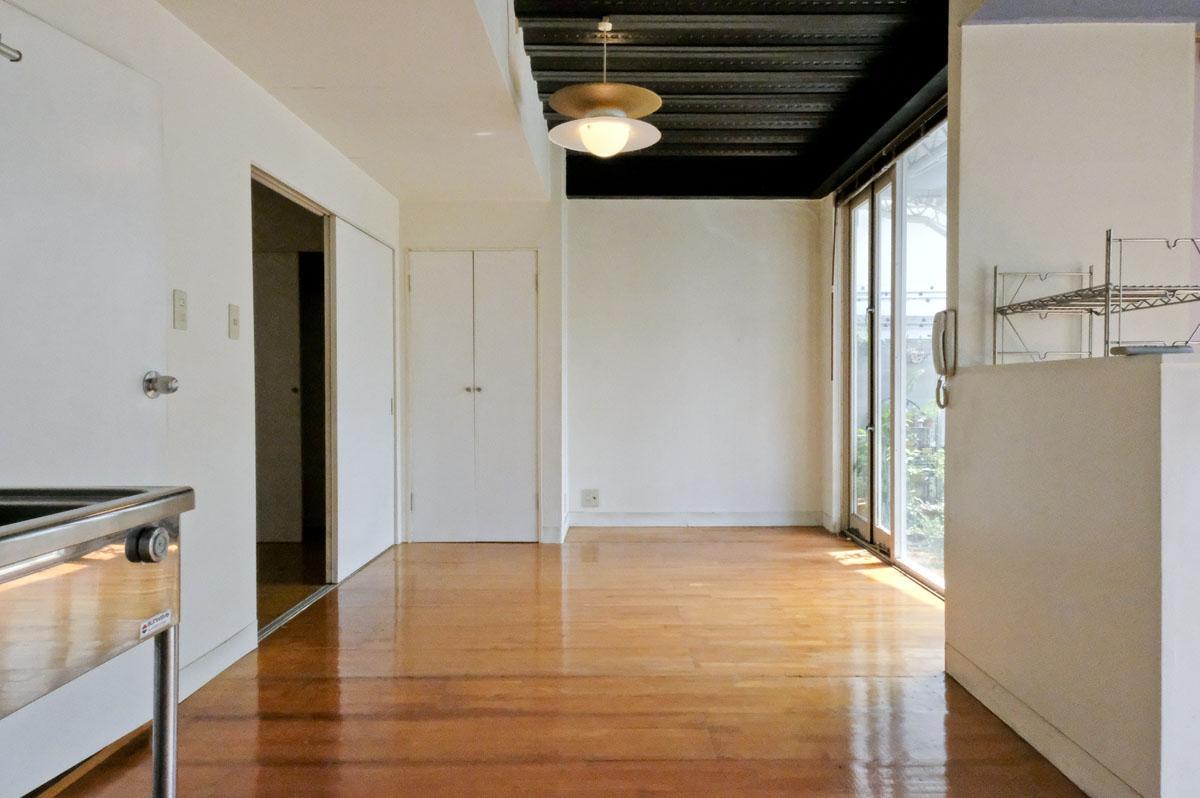 天井高は、最高2.5m程。窓も大きく開放的