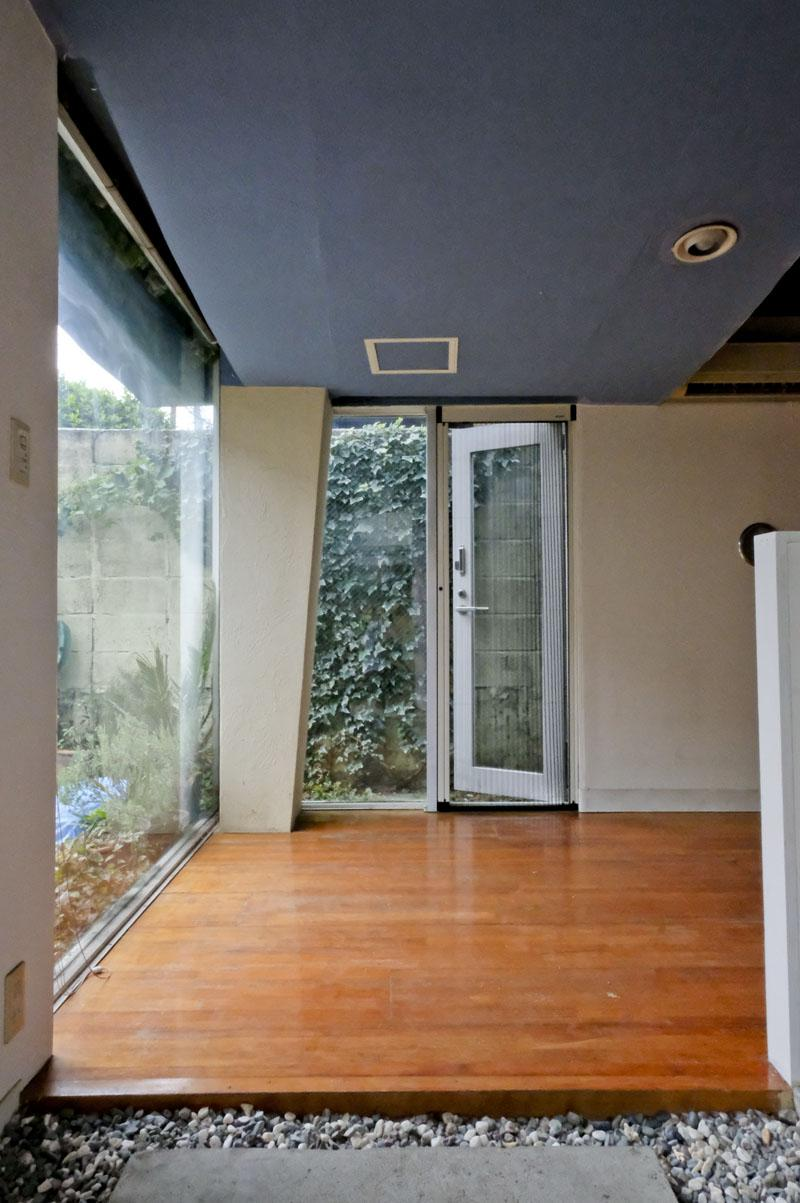 玄関から入るとこんな感じ。(天井高は低いところでだいたい1.9m程)