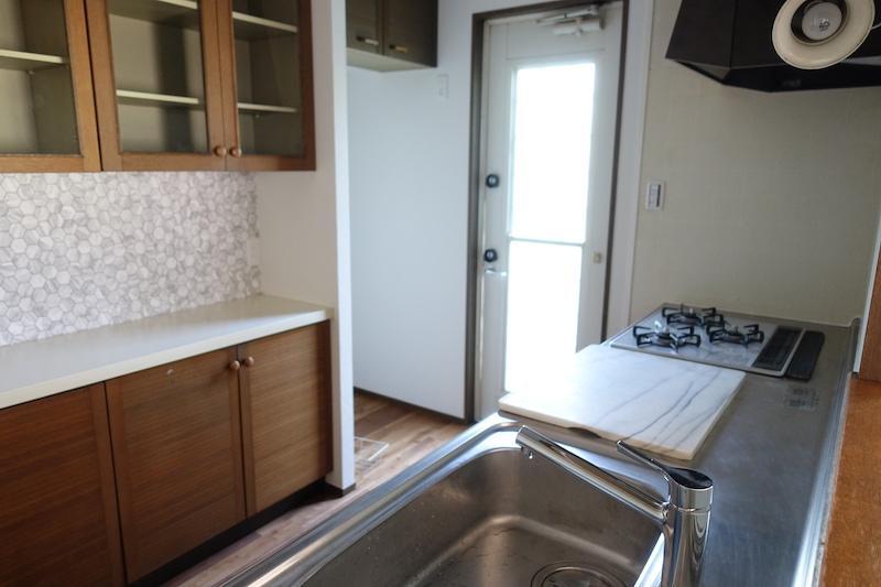 キッチンの作業スペースはリビングダイニング向きで、後ろに収納と冷蔵庫置き場
