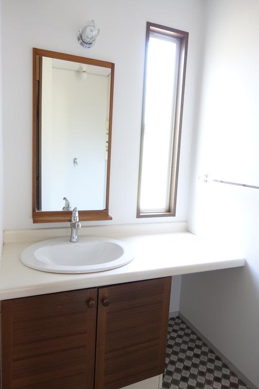レトロな洗面室は使い勝手が良さそう