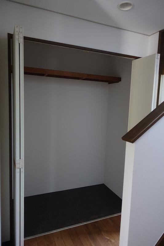 階段横にも大きめの収納があります、掃除道具やレジャー用品がたくさん入ります