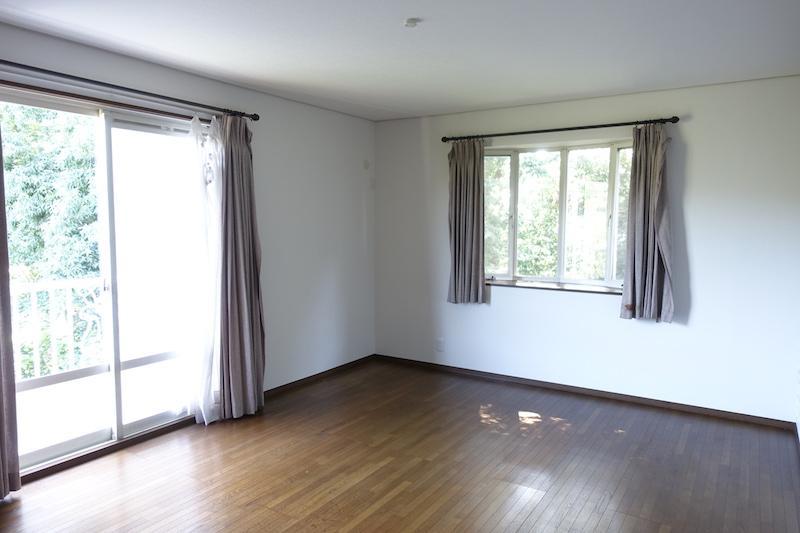 2階の洋室、広いのでベッドの置き場には困らない