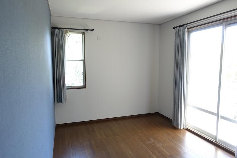 2階の洋室、アクセント壁紙が爽やか