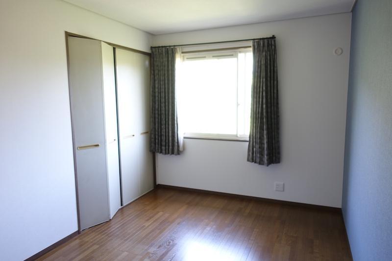 2階洋室、収納はどの部屋にもしっかりと付いている
