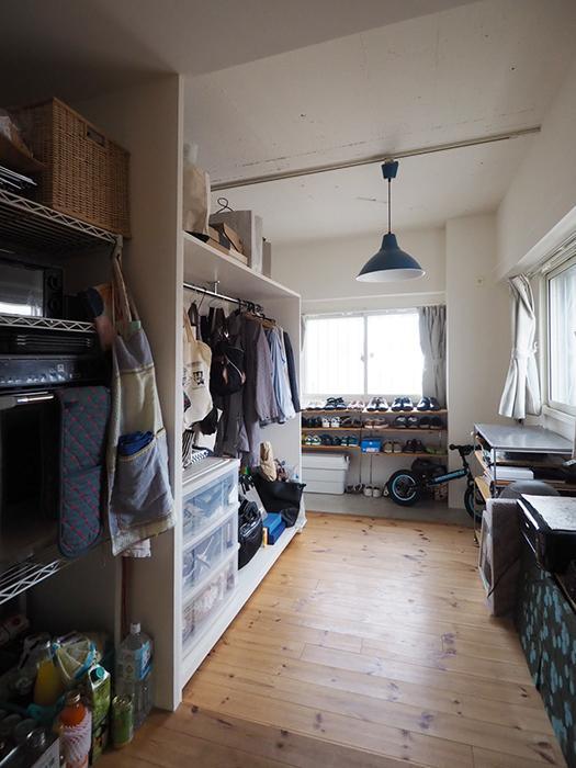 キッチンと玄関の間のフリースペース。今は納戸のように使われているが、将来子ども部屋にしてもいい