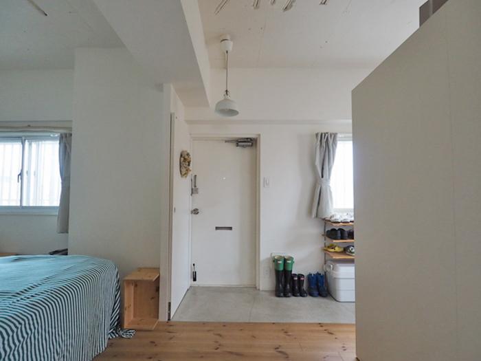 玄関。左手にある寝室はカーテンなどで目隠しをしてもよさそう