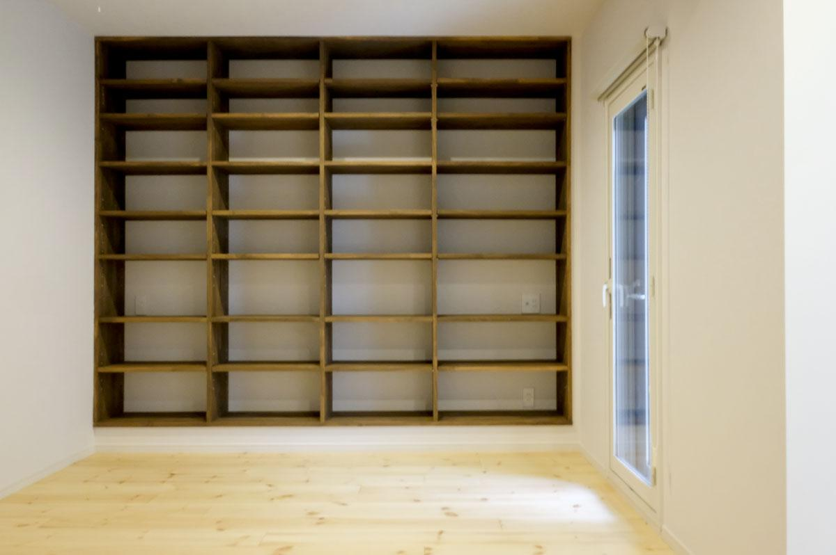 本好きの方にもうれしい壁一面の本棚