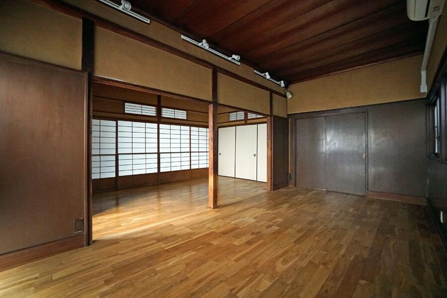 床は質感の良いフローリング、照明はライティングレールに変わっています