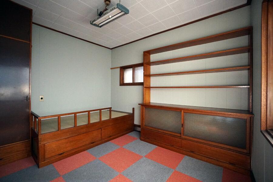 2階の個室。造り付けの収納とベッドが印象的