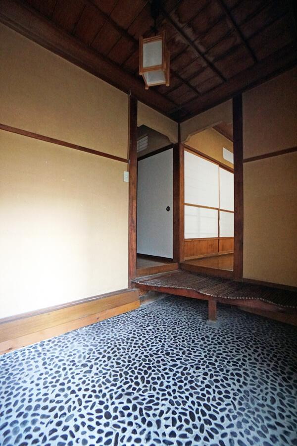 玄関は広く、さまざまな細工がされています