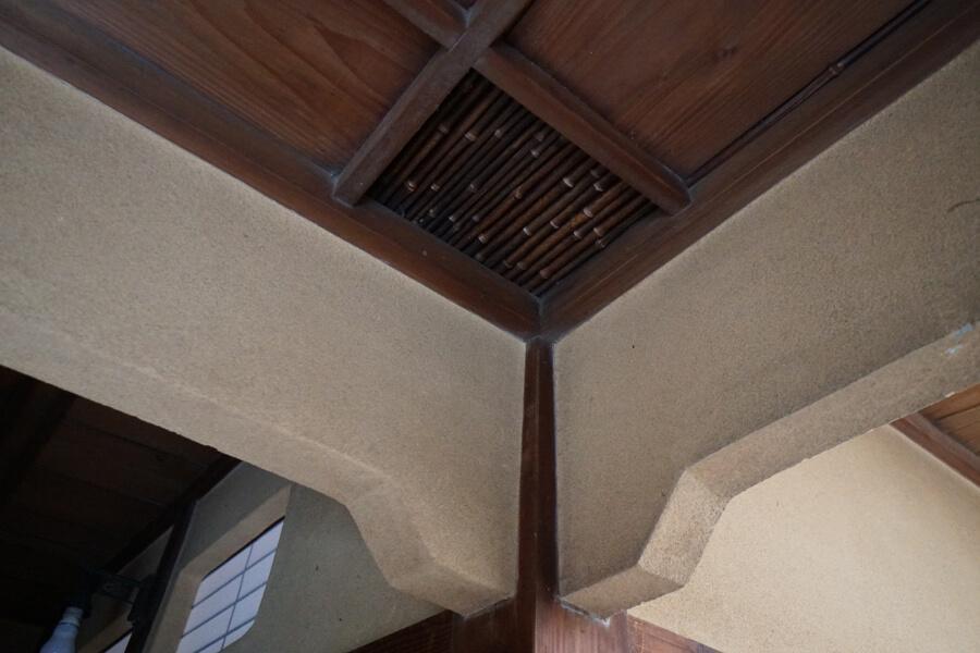 玄関の天井にはこんな細工も