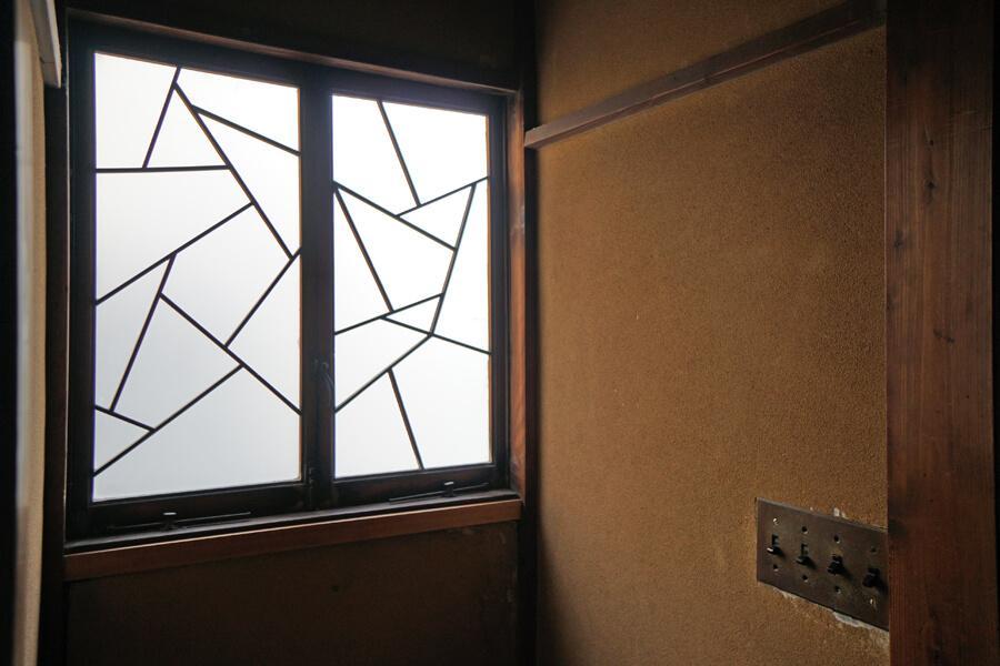 細工の施された窓