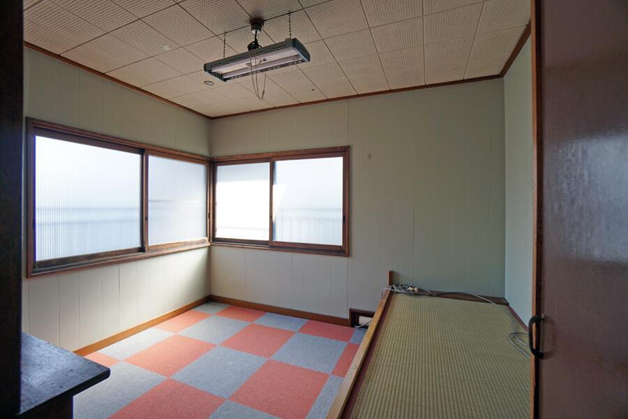 南東側の個室は窓から日がよく入ってきます