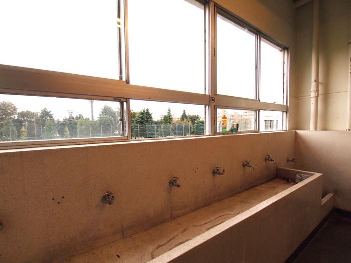 共用階段にある懐かしい手洗い場。