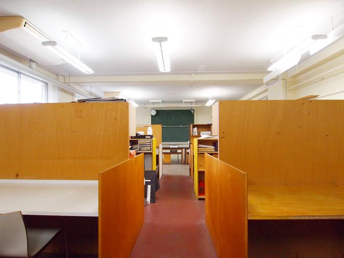 オープンなデスクが室内に8ブースある。