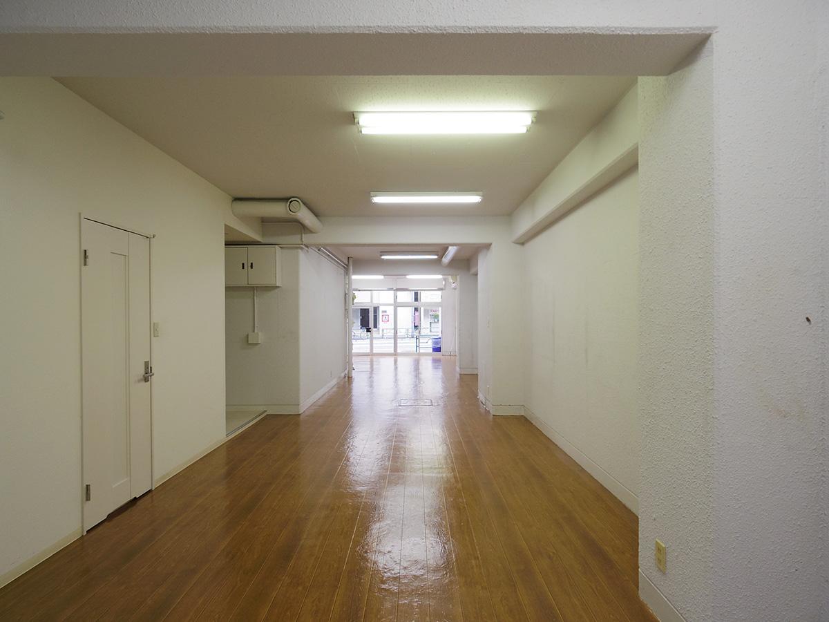 部屋の奥から。左側にはキッチンなどの水回りが造作されている